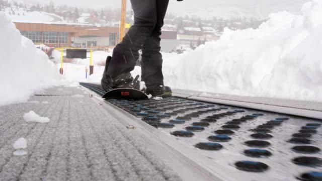 スキーリフトでスキーヤーとスノーボーダー - ユタ州 パークシティ点の映像素材/bロール