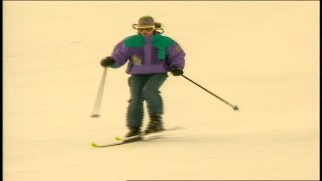 vídeos de stock e filmes b-roll de skiers and snowboarders riding down hill in telluride colorado - roupa de esqui