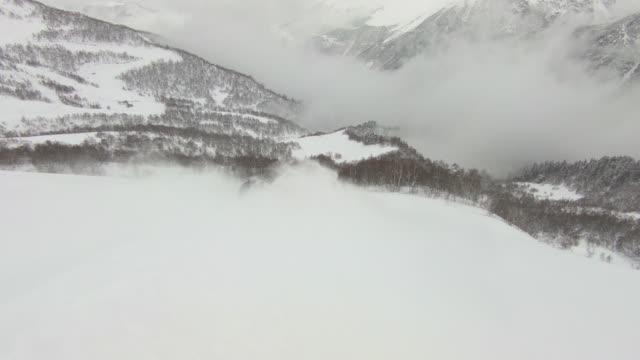 skifahrer absteigend berg im tiefen pulverschnee - georgia stock-videos und b-roll-filmmaterial