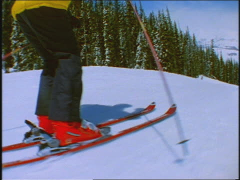 vídeos de stock, filmes e b-roll de skiers following one another - roupa de esqui