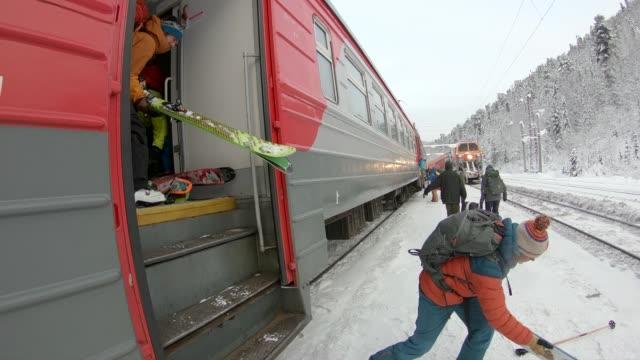 vídeos y material grabado en eventos de stock de esquiadores y bajar el tren en la estación en siberia - chaqueta de esquiar