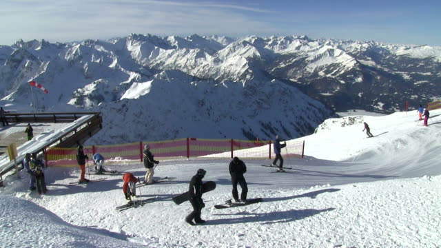 ms skiers on mount nebelhorn at  allgã¤u alps / oberstdorf, bavaria, germany  - bastoncino da sci video stock e b–roll