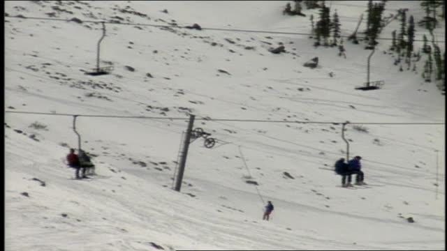 vídeos de stock e filmes b-roll de skiers on ski lift in butte colorado - roupa de esqui