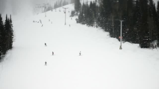 vídeos de stock, filmes e b-roll de ws t/l ha skiers on ski slope/ little cottonwood canyon, utah, usa - cottonwood canyon
