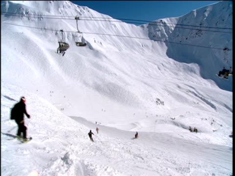 vídeos de stock, filmes e b-roll de skiers travel down mountain girdwood alaska - forma da água
