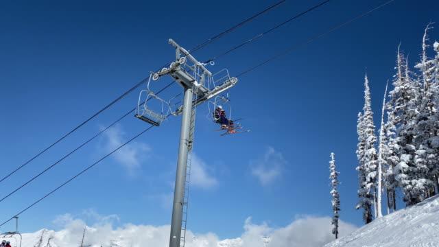 skiers using chair lift in telluride colorado - inquadratura dalla sciovia video stock e b–roll