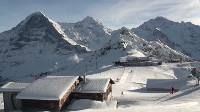 ws skiers walking with sket board at mannlichen / grindelwald, bernese oberland, switzerland - berner alpen stock-videos und b-roll-filmmaterial