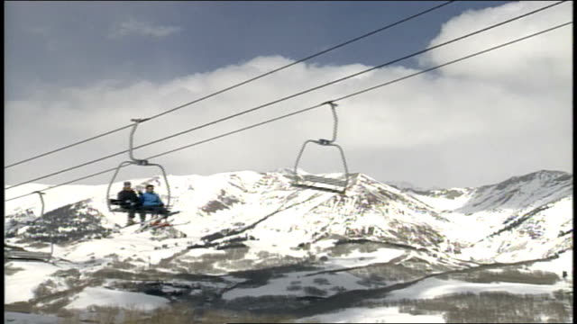 skiers waving at camera from ski lift in butte colorado - スキーウェア点の映像素材/bロール