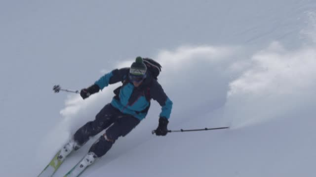 tiefen pulverschnee berg hinunter skifahren - skijacke stock-videos und b-roll-filmmaterial