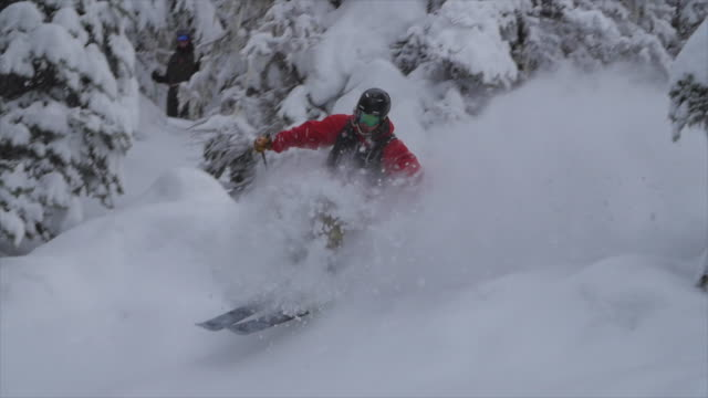 vídeos y material grabado en eventos de stock de skiing down a cliff on in fresh powder snow in the mountains. - slow motion - nieve en polvo
