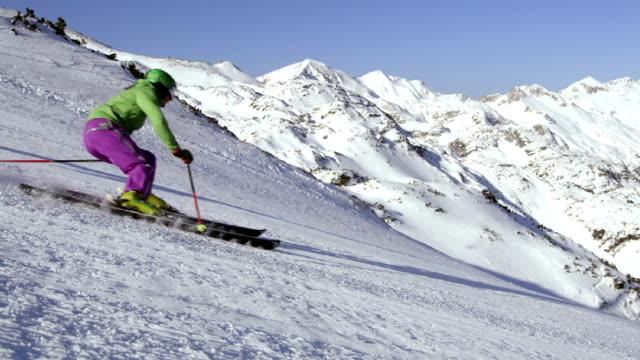 SLO MO PAN skiën van een steile helling in de zon