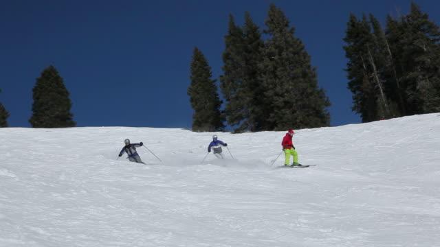 stockvideo's en b-roll-footage met skiing in colorado - vier personen