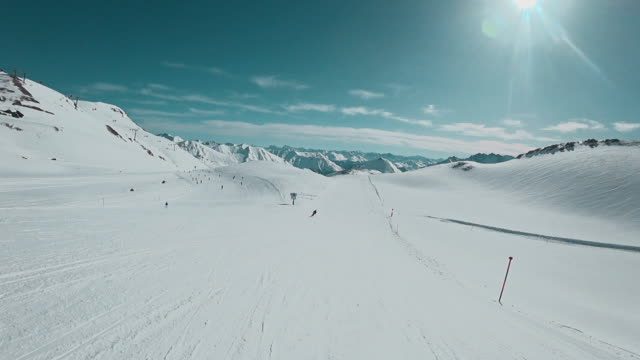pov: skiing in ischgl - stazione sciistica video stock e b–roll