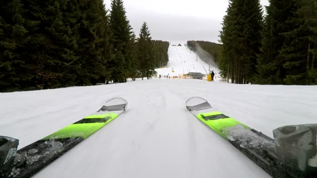 skiing on a mountain slope. - sci sci e snowboard video stock e b–roll