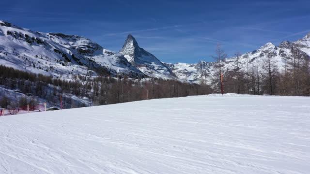 pov skifahren auf skiern in zermatt, schweiz - skipiste stock-videos und b-roll-filmmaterial