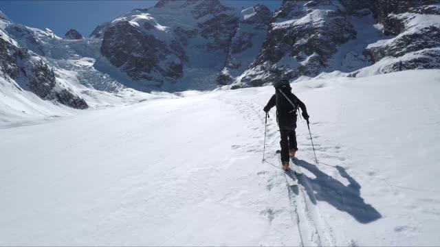 vídeos de stock e filmes b-roll de skiing on the fresh snow in glacier sorround by mountains - rasto forma