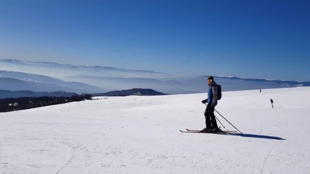 vídeos y material grabado en eventos de stock de esquí nieve polvo abajo montaña - chaqueta de esquiar