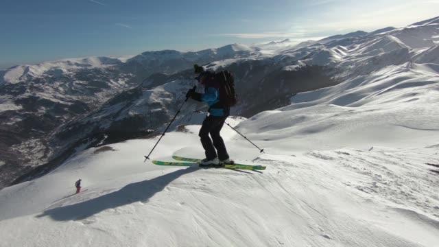 ski schnee pulver berg hinunter - skijacke stock-videos und b-roll-filmmaterial