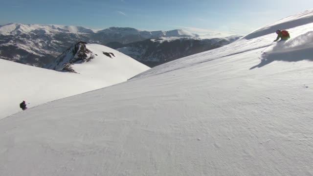 sciare polvere di neve giù per la montagna - bastoncino da sci video stock e b–roll
