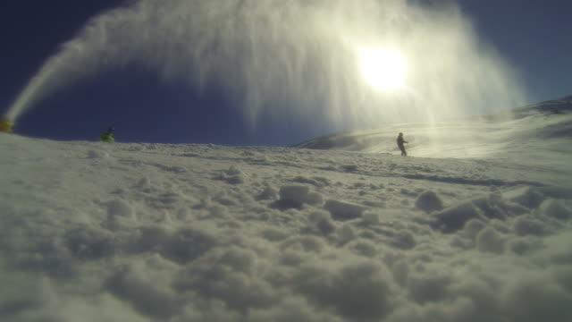 Skiën onder een sneeuw kanon