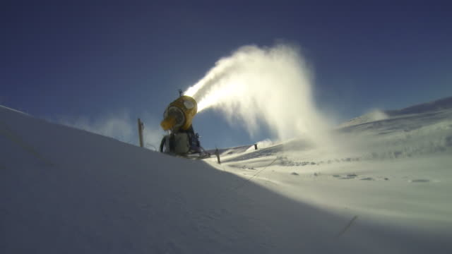 vídeos y material grabado en eventos de stock de esquí de fondo en un cañón de nieve - centro de esquí