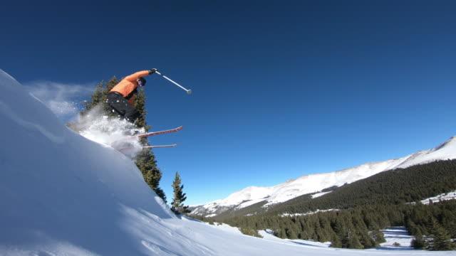 vídeos de stock, filmes e b-roll de skiing - snow cornice