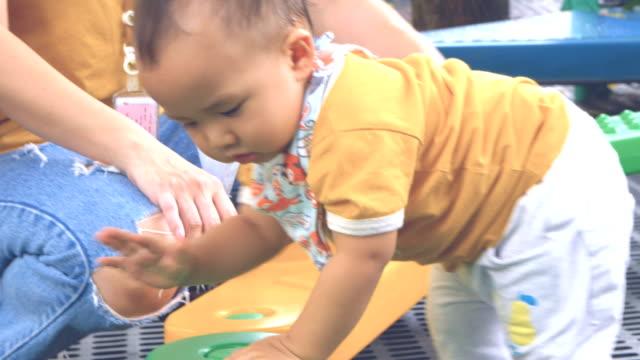 stockvideo's en b-roll-footage met behendigheid kruipende baby boy - one baby boy only