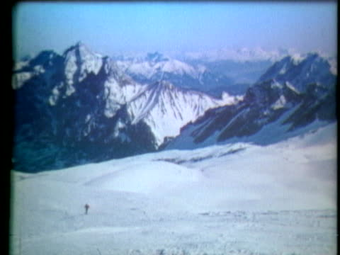 a skilled skier glides down a steep slope in the alps - music or celebrities or fashion or film industry or film premiere or youth culture or novelty item or vacations stock-videos und b-roll-filmmaterial