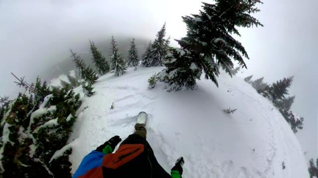 erfahrene snowboarder reiten durch frischen pulverschnee - fischaugen objektiv stock-videos und b-roll-filmmaterial