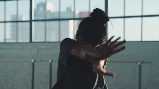 vídeos de stock e filmes b-roll de skillful ballet dancer dancing in studio - bailarina de ballet