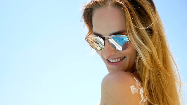 hautpflege & sommer - sonnenbrille stock-videos und b-roll-filmmaterial