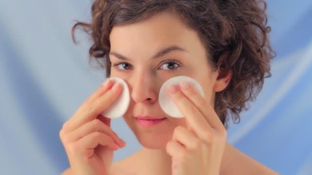 vídeos y material grabado en eventos de stock de cuidado de la piel - limpiador facial