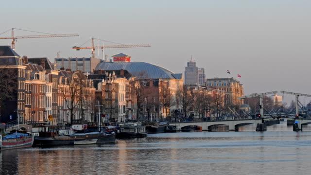 vidéos et rushes de pont maigre sur la rivière amstel, amsterdam au crépuscule, hollande - pays bas