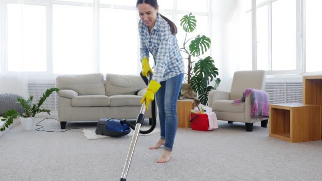 掃除機カーペット洗浄スキニー ブルネット - 片付いた部屋点の映像素材/bロール