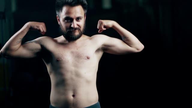 筋肉を曲げるスキニー男 - アキレス腱点の映像素材/bロール