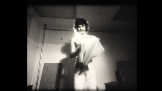 vídeos y material grabado en eventos de stock de 1973 skinny man rips phone book in half - forzudo