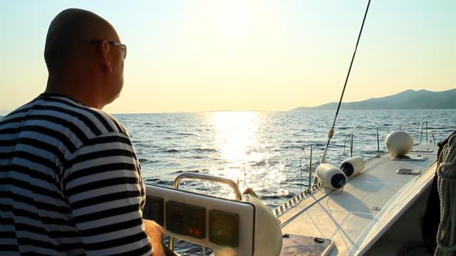 HD: Skipper Segeln bei Sonnenuntergang