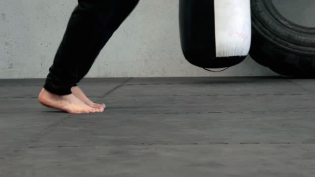 vídeos de stock, filmes e b-roll de skipping rope for training - corda