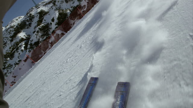 pov sci lasciando un snow powder trail dietro - alpi video stock e b–roll