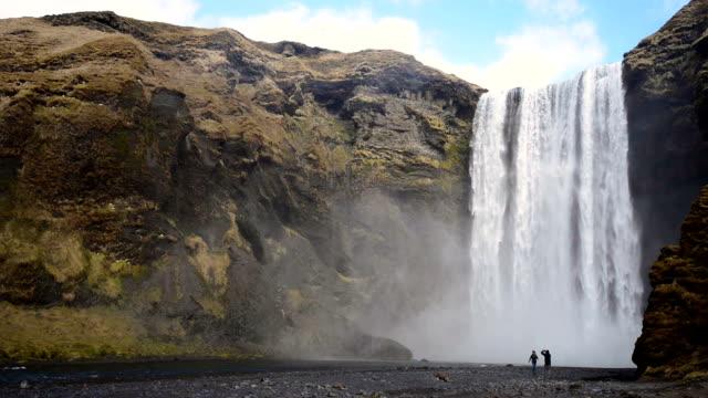 vídeos de stock, filmes e b-roll de cachoeira skogafoss, islândia, na europa - cascata
