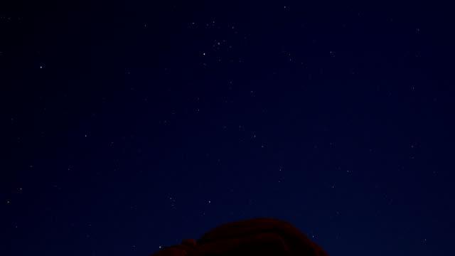 Crâne Rock nuit étoilée dans le parc National de Joshua Tree
