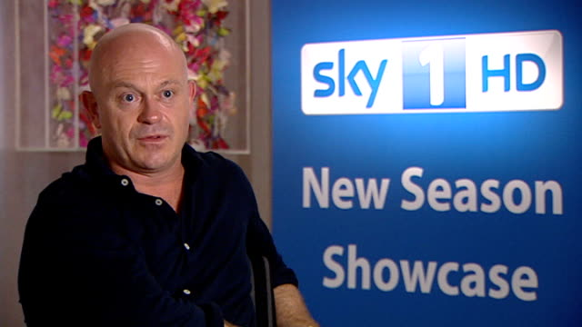 vídeos de stock, filmes e b-roll de sky 1 hd season launch: celebrities promote new shows; ross kemp interview about show 'extreme world / invisible wounds' sot - making documentaries /... - filme documentário