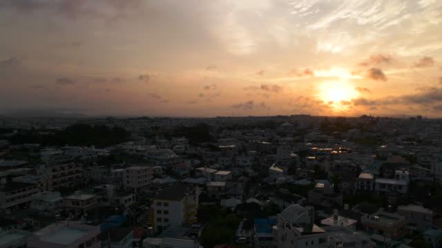 空と朝の街。
