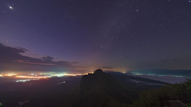 vídeos de stock, filmes e b-roll de nuvens de céu e em movimento sobre o lapso de tempo de montanha ao nascer do sol - time lapse da noite para o dia