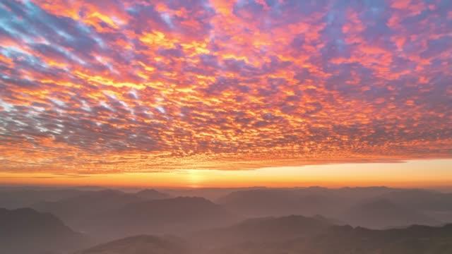 vídeos de stock, filmes e b-roll de nuvens do céu e em movimento - metereologia
