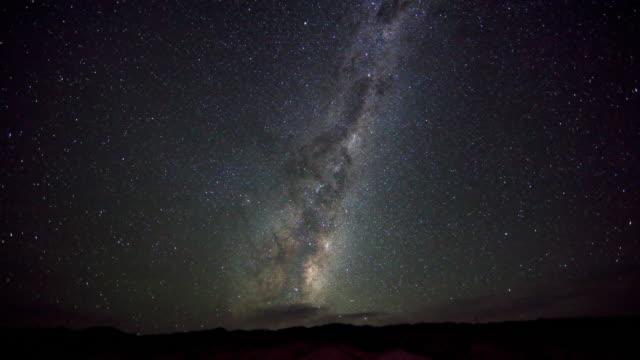 vidéos et rushes de t/l ws sky ant night and rising sun / southern hemisphere, cromwell, central otago, new zealand - la voie lactée