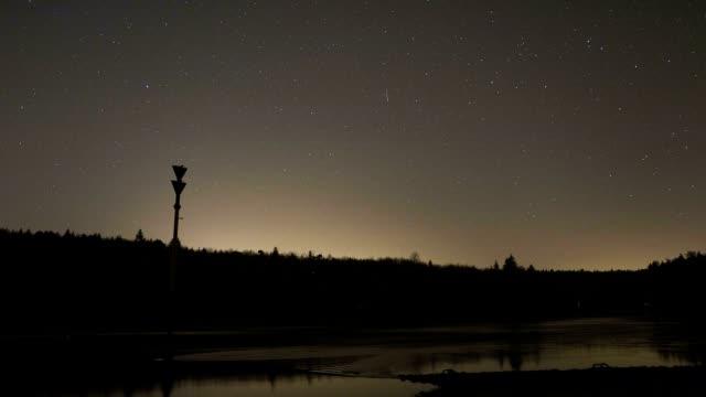 vídeos de stock, filmes e b-roll de sky at night - chuva de meteoros