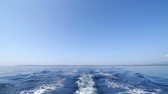 vídeos de stock e filmes b-roll de céu atrás de um barco a motor. - rasto forma