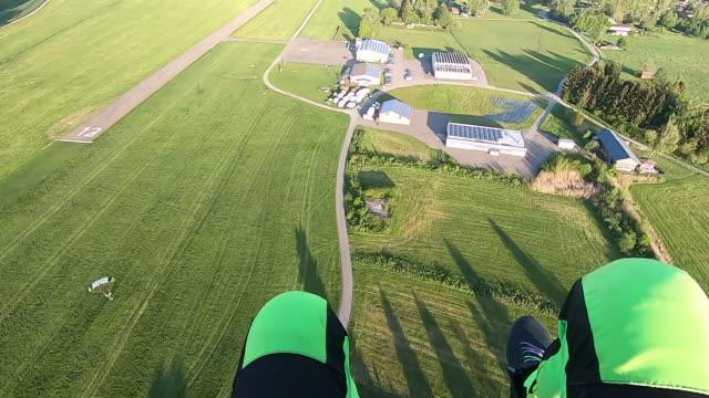 草原に着陸するスカイダイバーのpov - パラグライディング点の映像素材/bロール