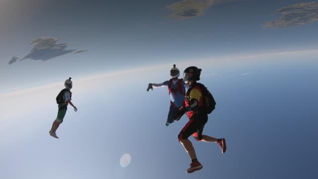 sky-taucher im freien fall mit akrobatik - helm stock-videos und b-roll-filmmaterial
